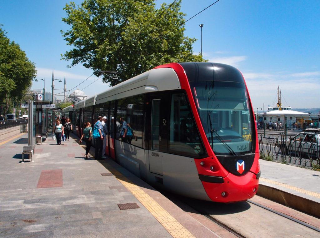 Souprava tramvajové linky T1 v konečné zastávce Kabataş, řešené prostřednictvím dvojice úvraťových kolejí, mezi nimiž leží ostrovní nástupiště, s dvojitou kolejovou spojkou (foto: OK)