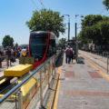 Konečná zastávka linky T1 Kabataş je řešena kolejovým přejezdem umíštěným ještě před nástupištěm.