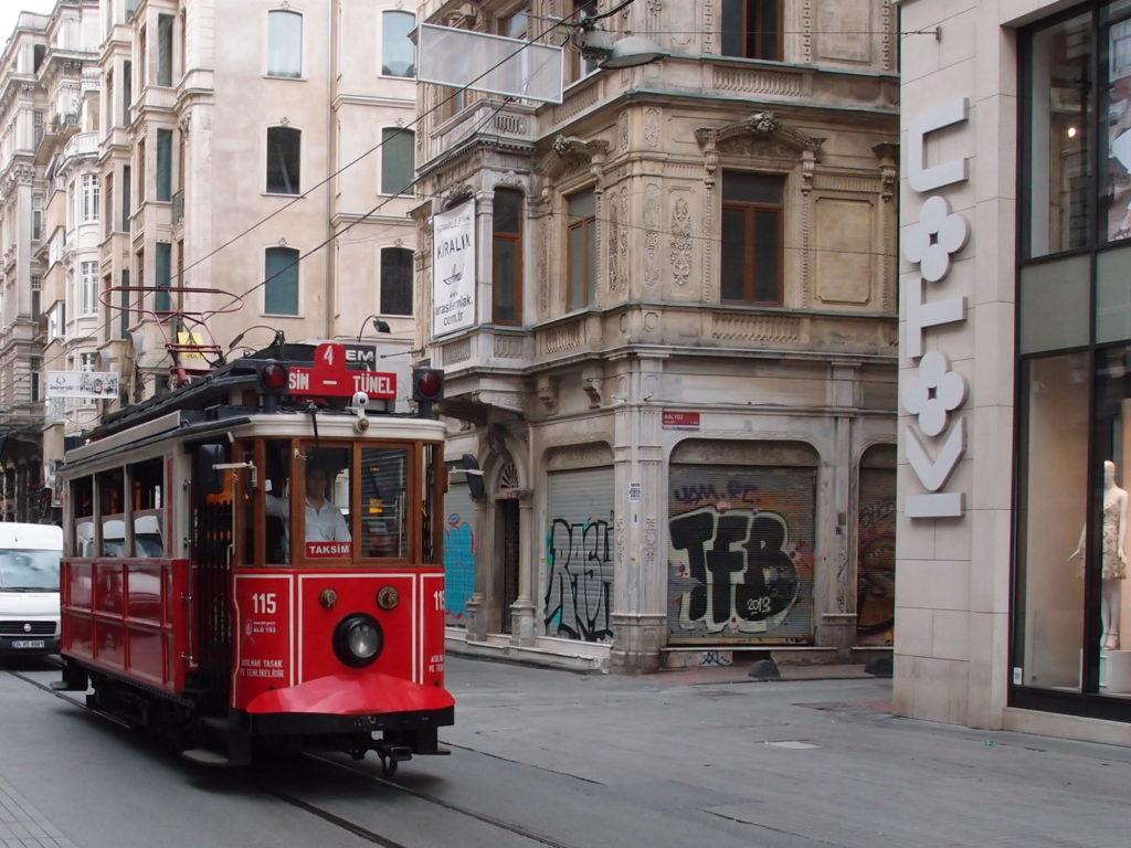 Nostalgická tramvaj na lince T2 směr Taksim projíždí historickou čtvrtí Beyoğlu (foto: OK)
