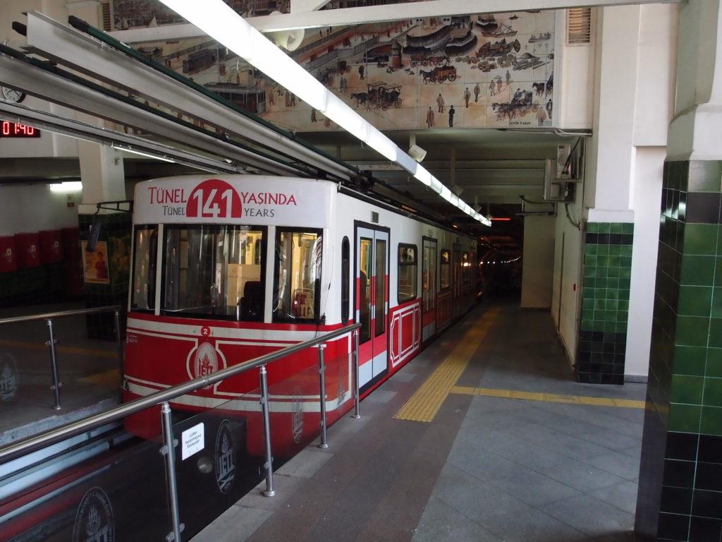 Lanová dráha F2, zvaná Tünel, v horní stanici Beyoğlu (foto: OK)