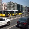 Metrobusy jezdí ve vlastním jízdním pásu uprostřed dálnice.