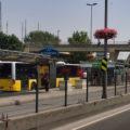 Většina zastávek metrobusů je řešena jako ostrovní, proto také vozidla jezdí vlevo - zde zastávka Altunizade.