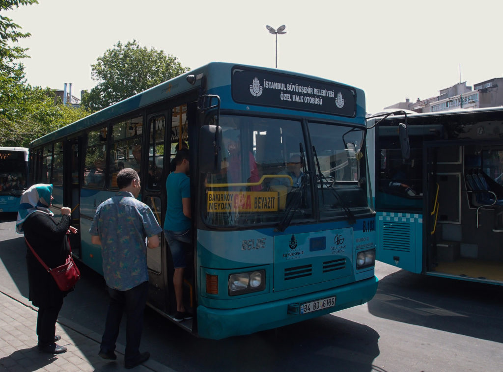 Výjimečně potkáte i postarší autobus, jako toto BMC linky 94A na stanovišti u tramvajové zastávky Beyazit (foto: OK)