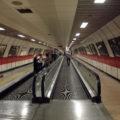 Řada stanic metra má složité a rozlehlé vestibuly; ve stanici Taksim vám cestu urychlí také pohyblivé chodníky, které však nejsou ve všech podobně dlouhých chodbách k metru. Samozřejmostí je zde i výzdoba na stěnách.
