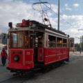Tramvaj linky T2 ve výstupní zastávce Taksim.
