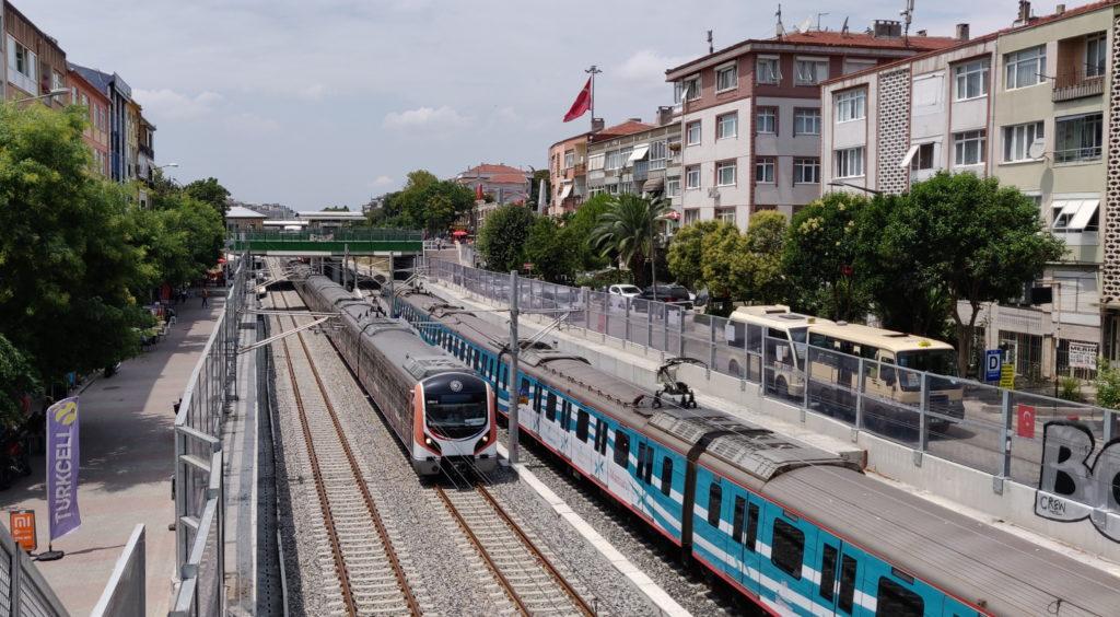 Setkání dvou vlaků Marmaray ve čtvrti Bakirköy (zdroj: wikimedia.org)