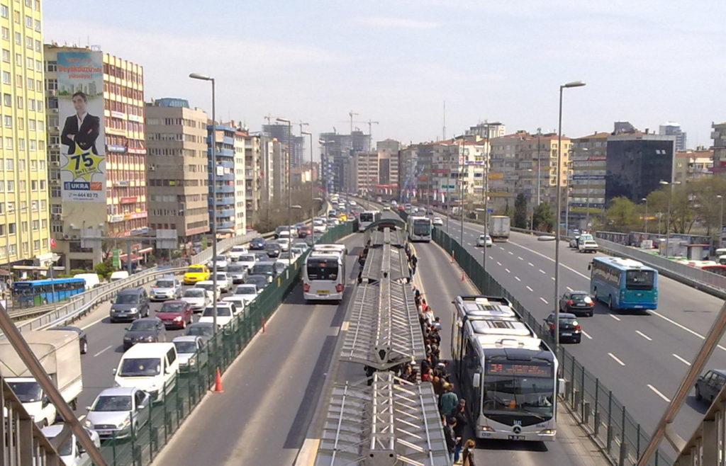 Metrobusy ve stanici Mecidiyeköy (zdroj: wikimedia.org)