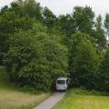 Autobus směřující k Proseči mizí v lesíku s nepřehlednou dvojitou zatáčkou.
