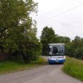Autobus z Proseče do Třebové, projížděje osadou Pudilka, vjíždí do jedné z nepřehledných zatáček.