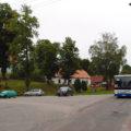 Autobus linky 820 ze Třebové do Litomyšle a dále do Budislavi projíždí návsí ve Vlčkově, jen pár okamžiků po odjezdu prázdného spoje linky 901 do Litomyšle.