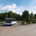 Linka 820 projíždí obratištěm v Němčicích.