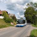 Autobus na propojených linkách 820 a 826 ze Třebové do Budislavi projíždí Němčicemi, navraceje se ze zajížďky ke škole.