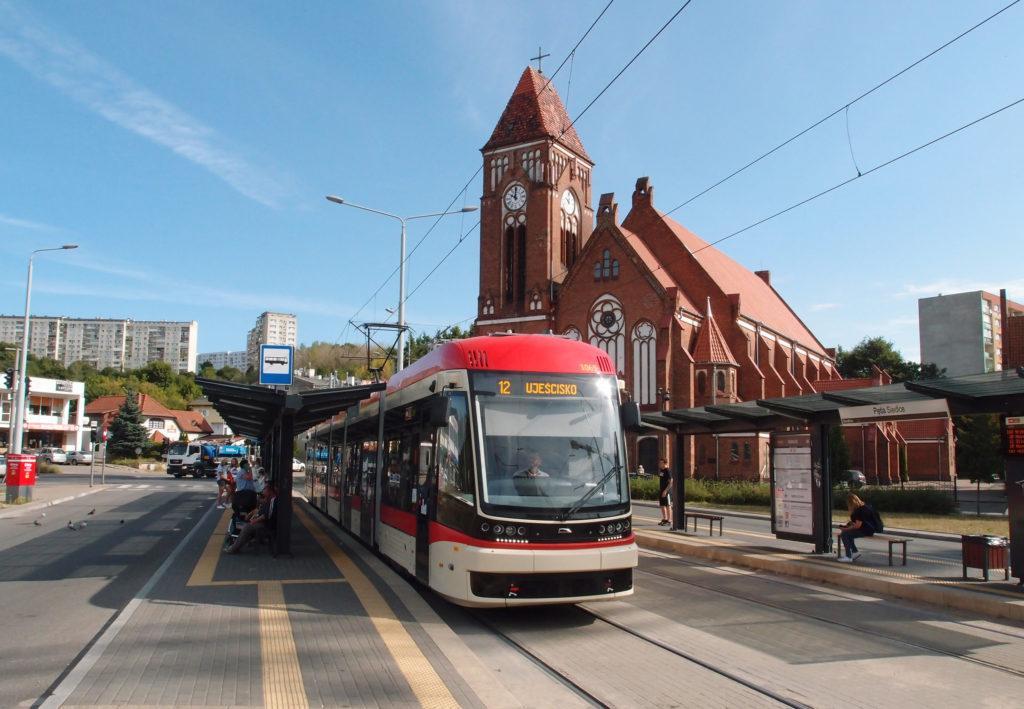 Tramvajová linka 12 v Gdańsku jezdí z Oliwy přes Wrzeszcz a kolem hlavního nádraží až k sídlišti Lawendowe Wzgórze. Zde v dopravním uzlu Siedlce u kostela sv. Františka z Assisi.