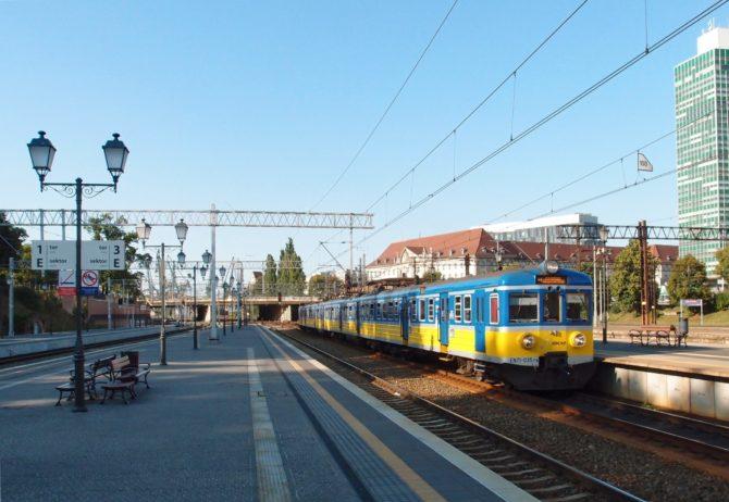 Linka SKM linky S1 v trase Gdynia Cisowa - Gdańsk Śródmieście přijíždí do stanice Gdańsk Główny