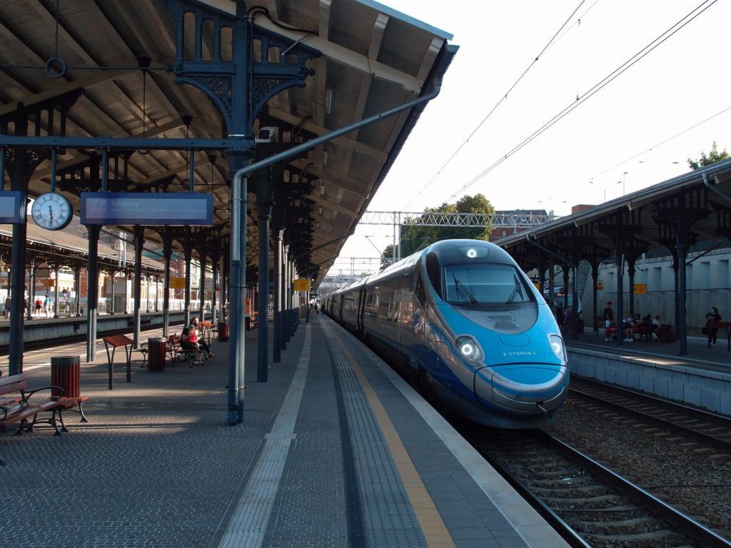 Pendolino z Krakova a Varšavy na hlavním nádraží v Gdańsku.