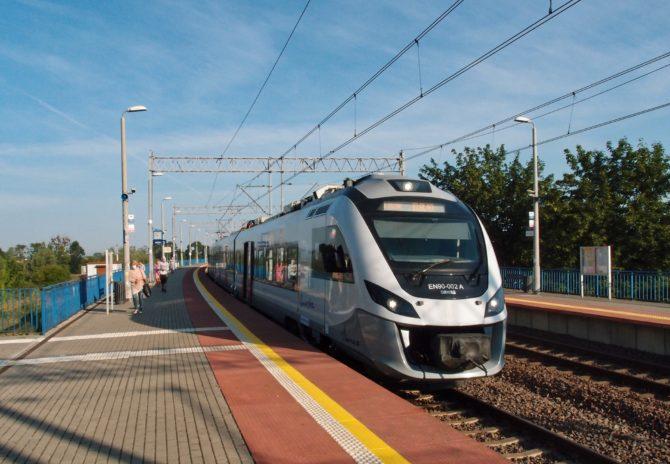 Moderní jednotka EN90 na osobním vlaku v trase Słupsk - Gdańsk - Elbląg v zastávce Malbork Kałdowo.