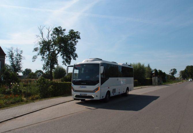 Autobusek společnosti AŻ Rydwan na polookružní lince Malbork - Stara Kościelnica - Miłoradz - Mątowy Wielkie - Gnojewo - Malbork odjíždí ze zastávky Mątowy Wielkie.