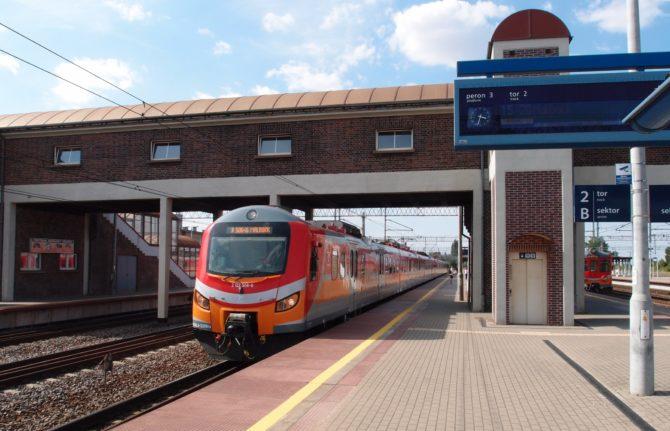 Osobní vlak Gdynia Chylonia - Malbork se připravuje k odjezdu ze stanice Tczew. Je zajištěn modernizovanou jednotkou EN57ALd.
