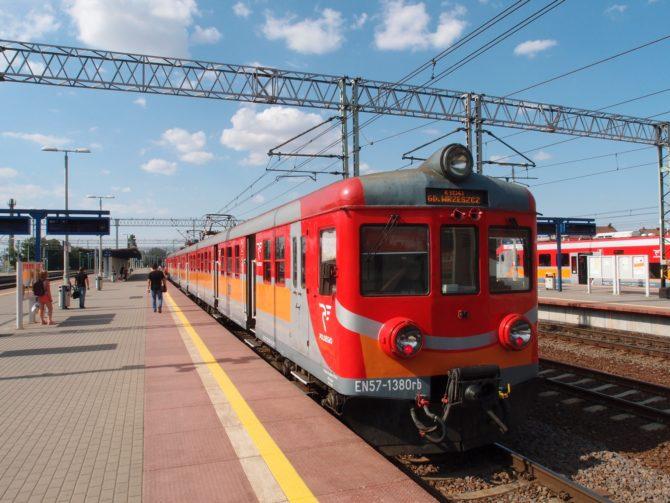 Tradičním symbolem polské regionální železnice jsou jednotky řady EN57, vyráběné v letech 1963 až 1993 společností Pafawag Wrocław; jednu z nich se mi podařilo zachytit na posilovém zrychleném osobním vlaku Tczew - Gdańsk Wrzeszcz, a to v jeho výchozí stanici