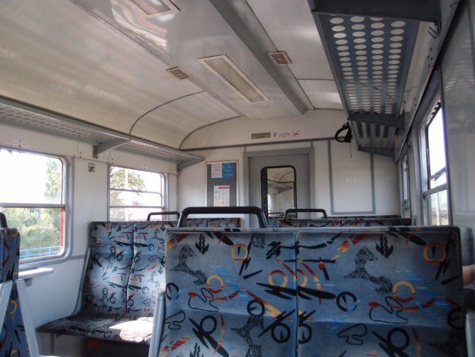 Interiér jednotky EN57 nedá zapřít historický původ vozidla, zároveň jsou však vozy velmi svědomitě udržovány a cestování jimi je tak příjemné