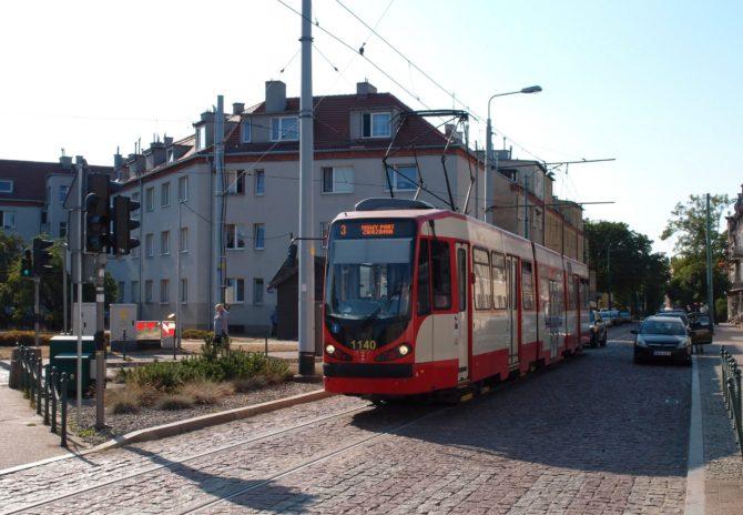 Tramvaj linky 3 v Gdańsku jezdí z Chełmu přes centrum do Brzeźna, ve špičkách se pak dostane až do Nowego Portu s jednosměrnými tratěmi; právě tam byla vyfocena na placu Wolności
