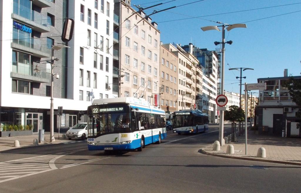 Městskou dopravu v Gdynii zajišťují také trolejbusy, zde linky 22 a 24 na placu Kaszubskim, odbočujíce do ul. Jana z Kolna.