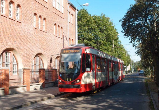 Ze zastávky Nowy Port Góreckiego se chystá odjet linka 10, která směřuje do centra ke hlavnímu nádraží a následně přes Siedlce k železniční zastávce Brętowo
