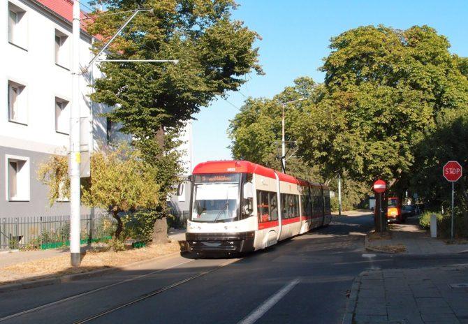 Vnější jednosměrný okruh čtvrtí Nowy Port má vrchol v zastávce Oliwska, za níž byla vyfocena linka 5