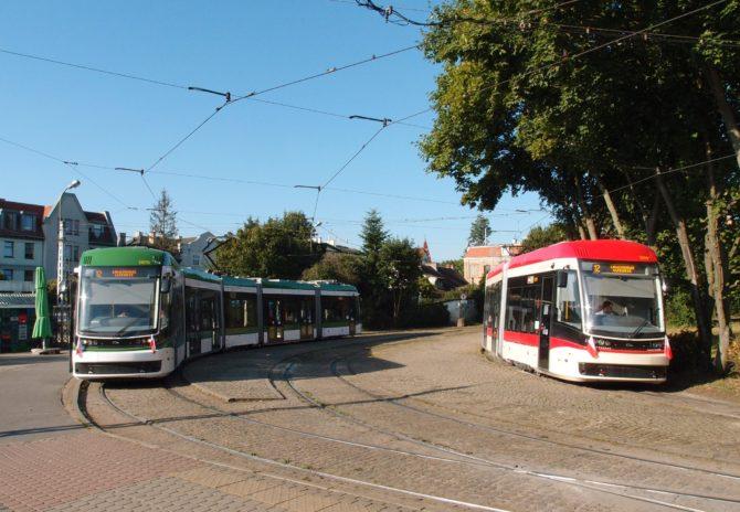 V obratišti Oliwa byly zachyceny tramvaje linky 12 připravující se k cestě přes centrum do zastávky Lawendowe Wzgórze; smyčka Oliwa je neobvyklá svým technickým řešením, kdy projíždějící spoje musí smyčkou projet, k čemuž slouží volná kolej