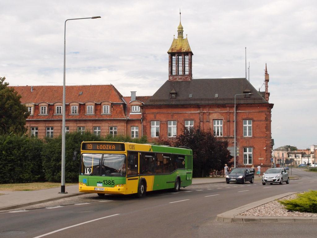 Autobus značky MAZ na lince 19 odjíždí ze zastávky Plac Słowiański, v pozadí budova pošty.