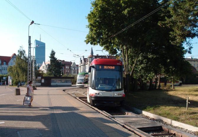 Linka 6 z Lostowic do Jelitkowa přijíždí do zastávky Oliwa