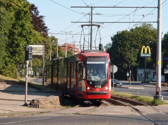 Tramvajová linka 5 ve směru Nowy Port Oliwska přijíždí k obratišti Oliwa