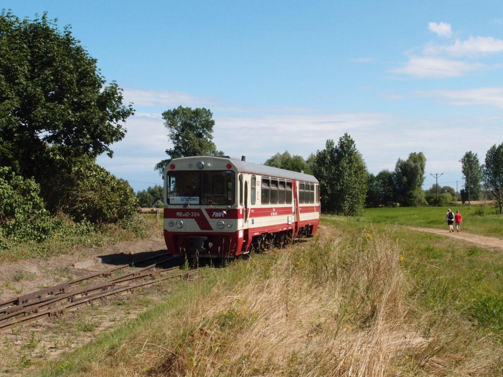 Na západní straně končí úzkokolejka v zastávce Prawy Brzeg Wisły, kde na tamější výhybně motorový vůz objede zbytek svého vlaku, aby se vrátil zpět do Sztutowa.