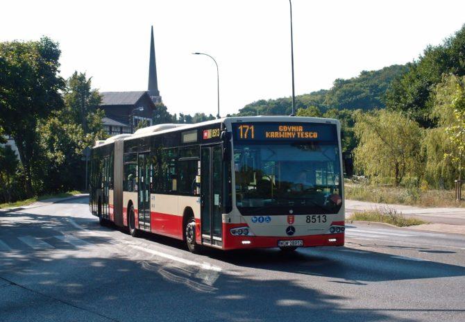Jedinou linkou MHD Gdańsk, jež zajíždí až na území Gdynie, je 171; ta začíná u tramvajového obratiště Oliwa a jezdí přes čtvrť Osowa, obec Chwaszczyno a čtvrť Dąbrowa k nákupnímu centru ve čtvrti Karwiny