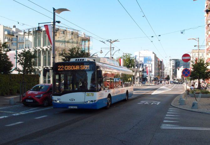 Trolejbus na lince 22 ve směru Cisowa SKM byl vyfocen kousek za zastávkou Skwer Kościuszki