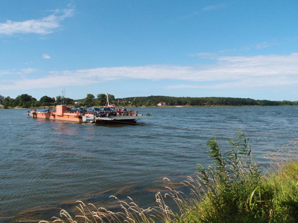 Prám ze Świbna směřuje k přístavišti Mikoszewo.