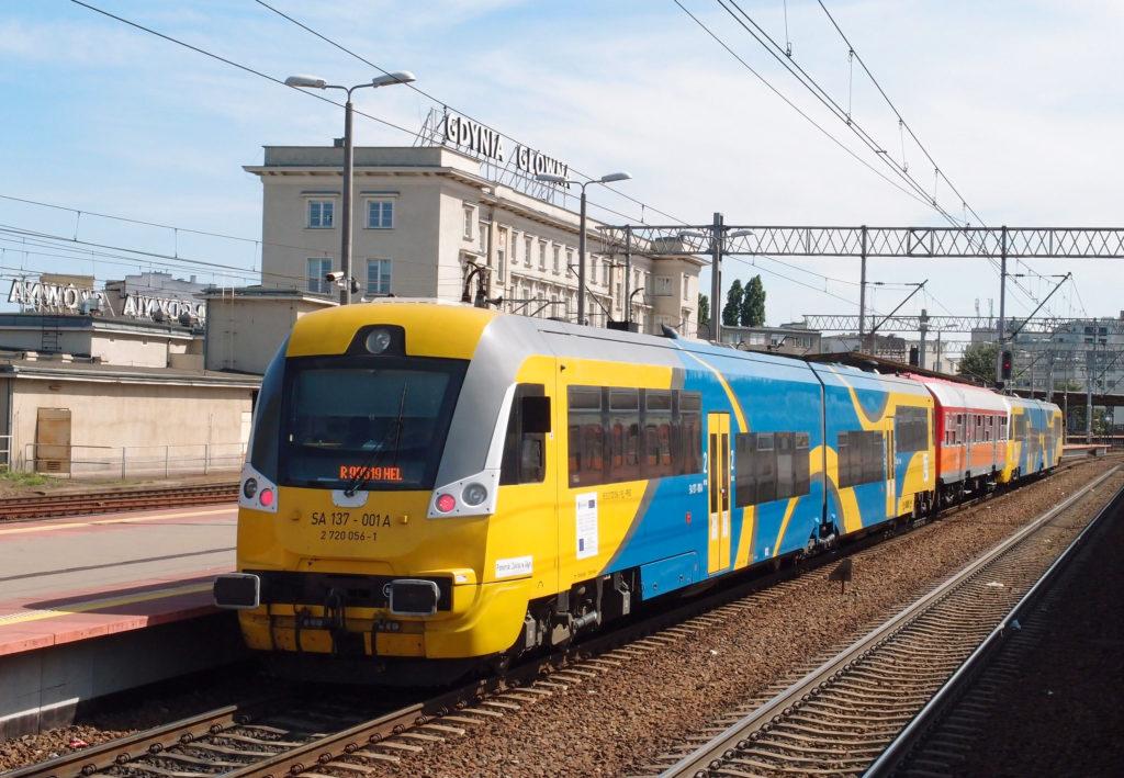 Osobní vlak na Hel čeká na čas odjezdu ze stanice Gdynia Główna.