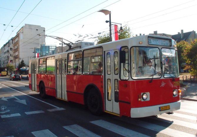Historický trolejbus ZiU-682b na lince 326, která projíždí podélně střední částí Gdynie od nádraží SKM Orlowo po nádraží Grabówek