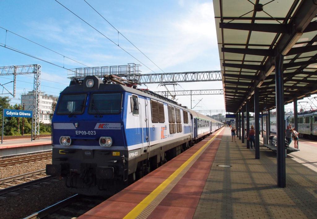 Rychlík Warszawa - Gdańsk - Łeba ve stanici Gdynia Główna.