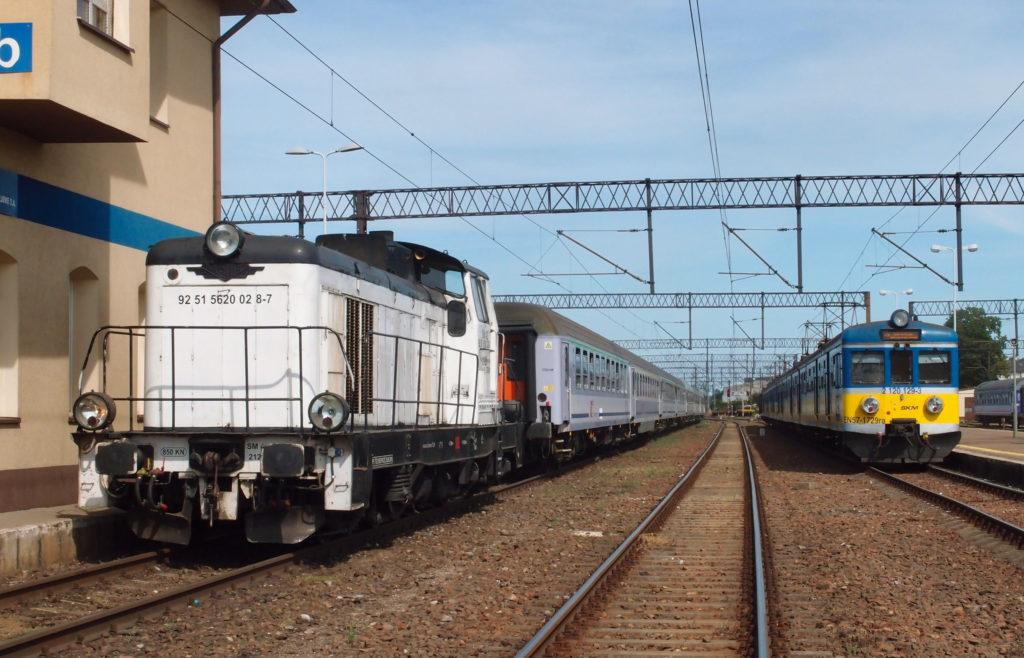 Ve stanici Lębork musíme vyměnit lokomotivu a může se vyrazit na lokálku.