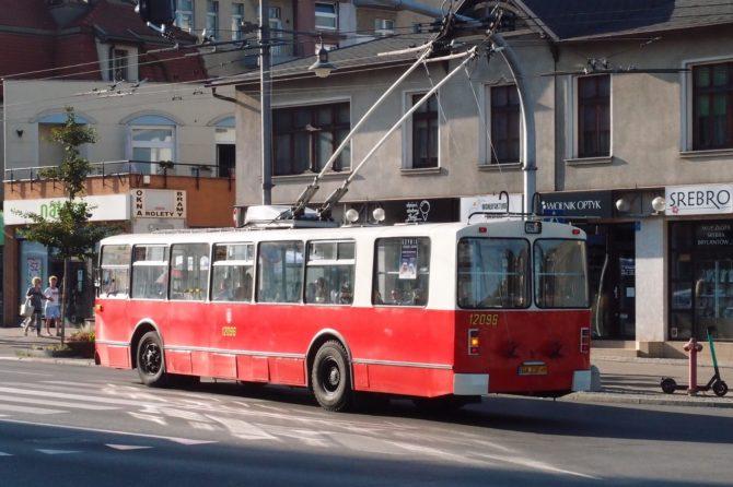 Trolejbus sovětské výroby ZiU-682b byl dovezen z Ukrajiny v roce 2015 a je provozován jako nostalgický vůz právě na lince 326