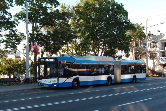 Páteřní trolejbusová linka 23 jezdí v Gdynii od hlavního nádraží do čtvrtí Karwiny a Dąbrowa na kopcích v jihozápadní části města, a končí v místní části Kacze Buki; vyfocena byla v zastávce Plac Górnośląski ve čtvrti Orłowo