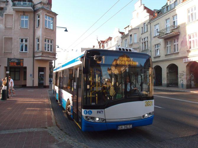 Parciální trolejbus linky 31 na fotce právě odjíždí z centrální zastávky ve městě Sopot - Bohaterów Monte Cassino