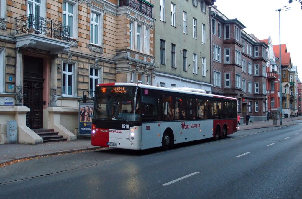Linku 500 Ustka - Słupsk provozují 3 dopravci, zde v podání Nord expressu v zastávce Słupsk, Sinkiewicza.