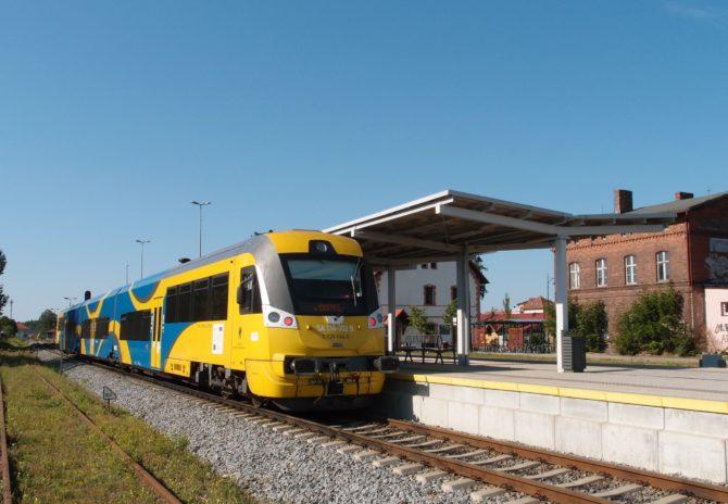 Motorový vlak řady SA138 výrobce Newag v barvách městského dopravce SKM na lince Gdańsk Wrzeszcz - letiště - Żukowo - Kartuzy ve své konečné stanici