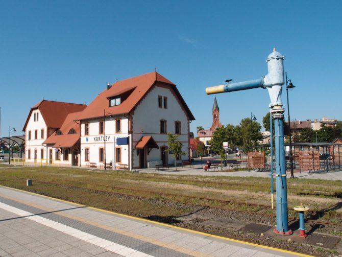 Malebná železniční stanice ve městě Kartuzy je jedním z východišť do Kaszubského krajinného parku