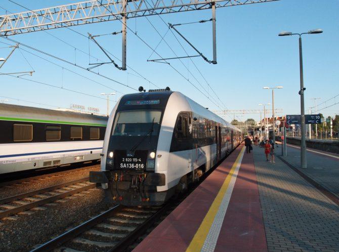 Do stanice Gdynia Główna přijel osobní vlak na lince S7 ze směru Kościerzyna a Żukowo, který za nedlouho pojede zpět jako linka S10 vzhůru na přes zastávku Gdynia Karwiny a Gdańsk Osowa a pak kolem letiště do stanice Gdańsk Wrzeszcz