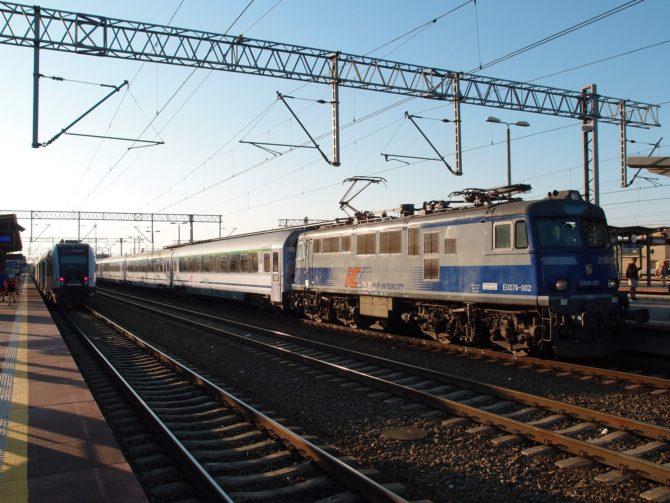 Lokomotiva řady EU07A v čele nočního rychlíku Gdynia - Gdańsk - Iława - Warszawa - Łódź - Kraków se pomalu chystá na odjezd ze své výchozí stanice Gdynia Główna