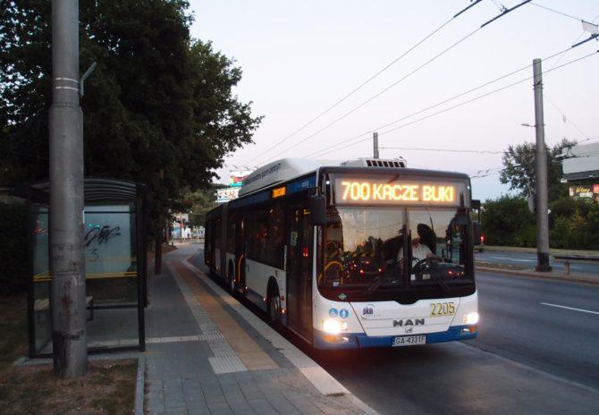 Kloubový autobus v Gdyni na lince 700 ve směru Kacze Buki v zastávce Zwycięstwa - Wielkopolska