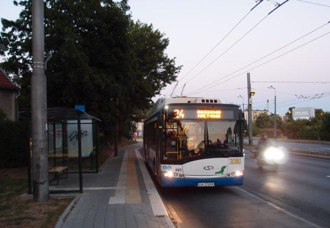 Trolejbus na lince 24 ze zastávky Stocnia Gdynia přes centrum do čtvrti Dąbrowa se chystá odjet z křižovatkové zastávky Zwycięstwa - Wielkopolska v Orłowu